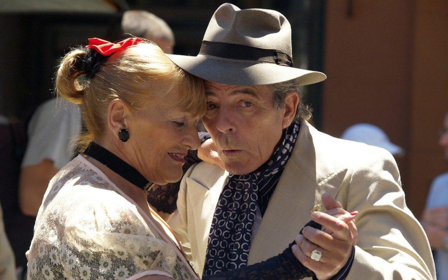 Ældre par danser
