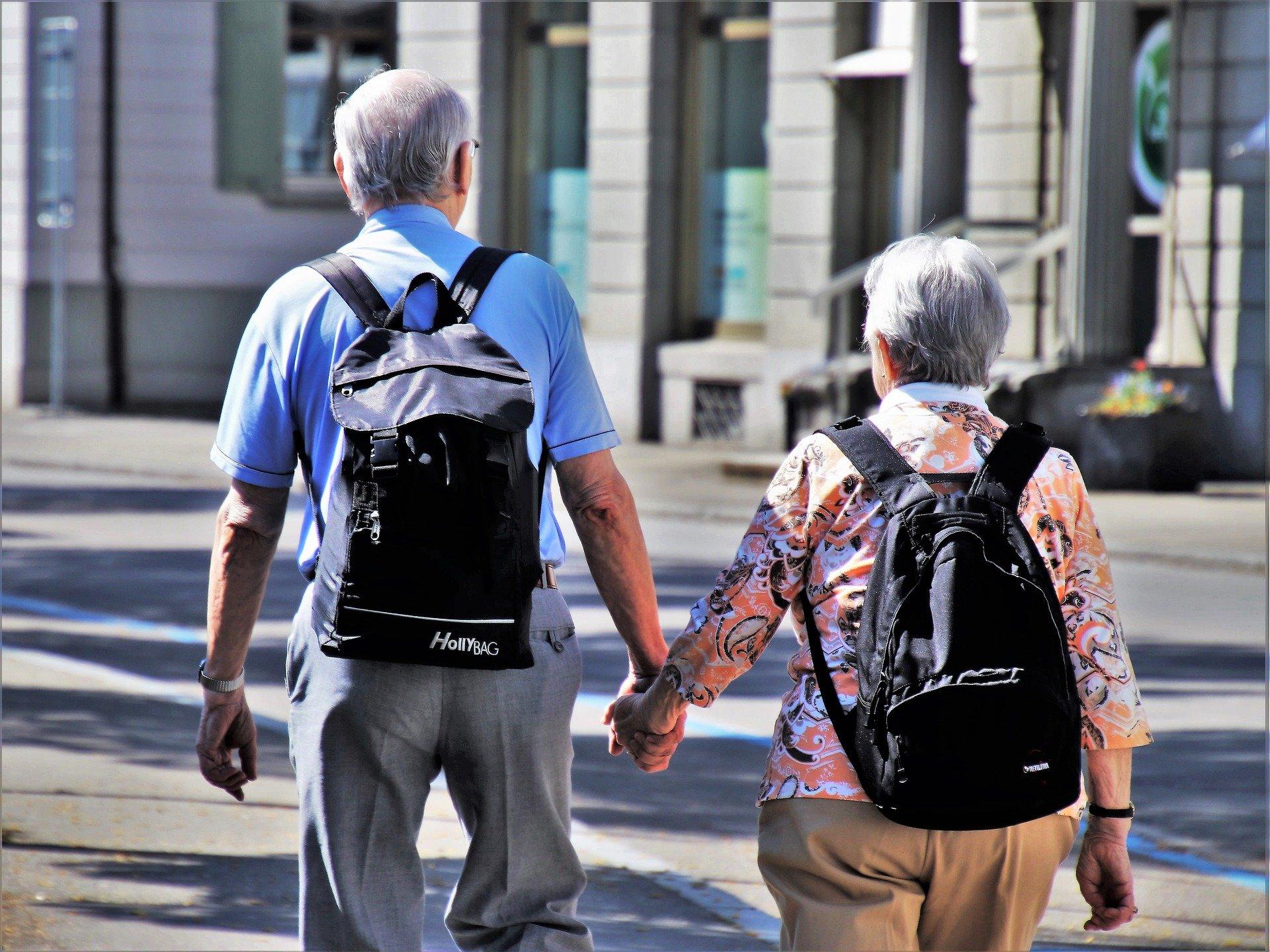 Ældre par holder i hånden
