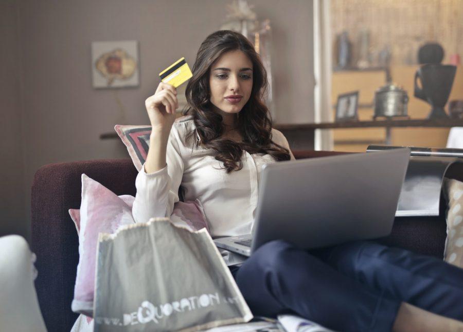 Kvinde der skal shoppe på nettet
