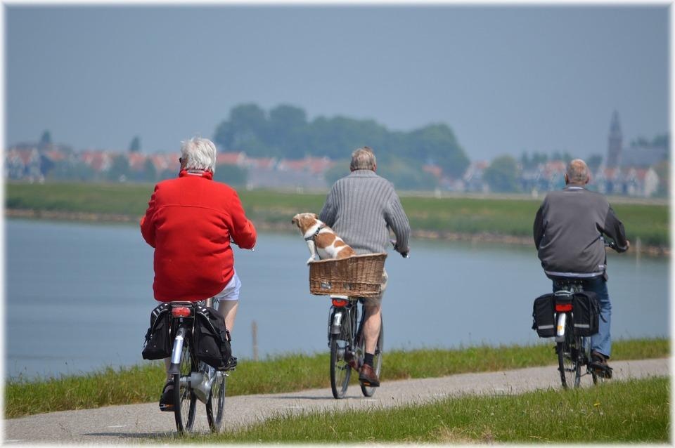 Tre ældre mennesker cykler